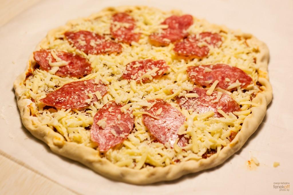 Пицца, готовая отправиться в духовку