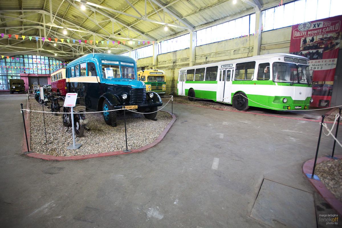 Добрый автобус с мягкими сиденьями из детства (на фото - бело-зеленый). Мой любимый.