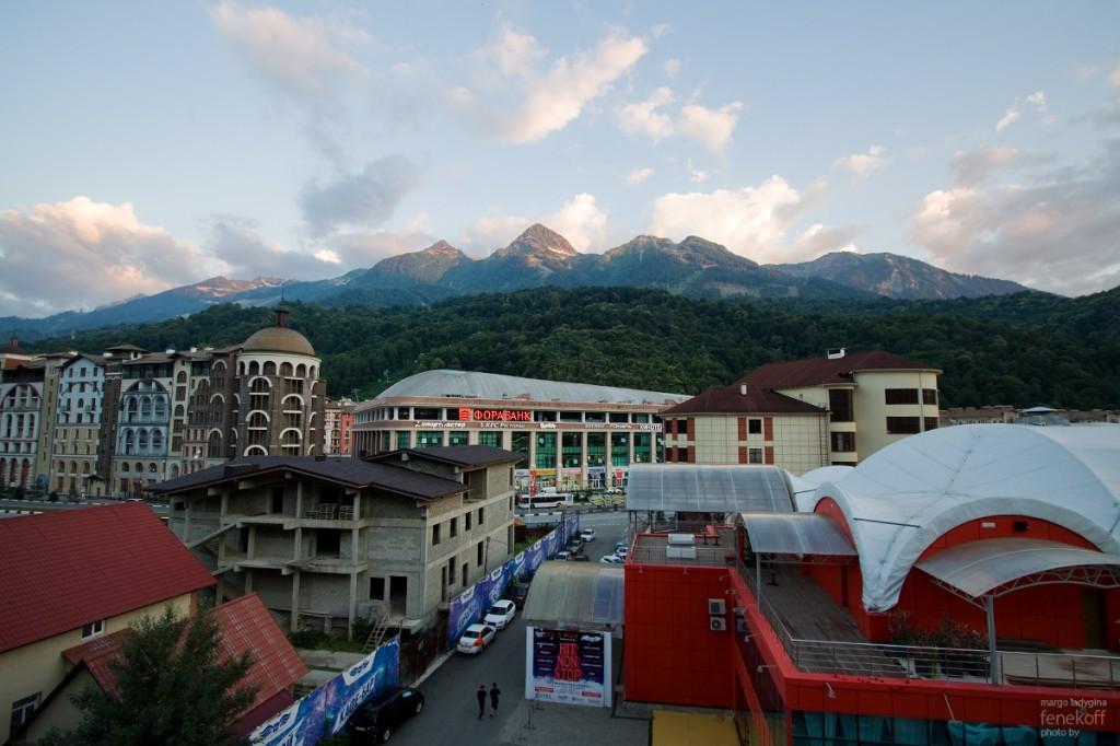 Вид со второго балкона на горы, Горки Город и ТЦ