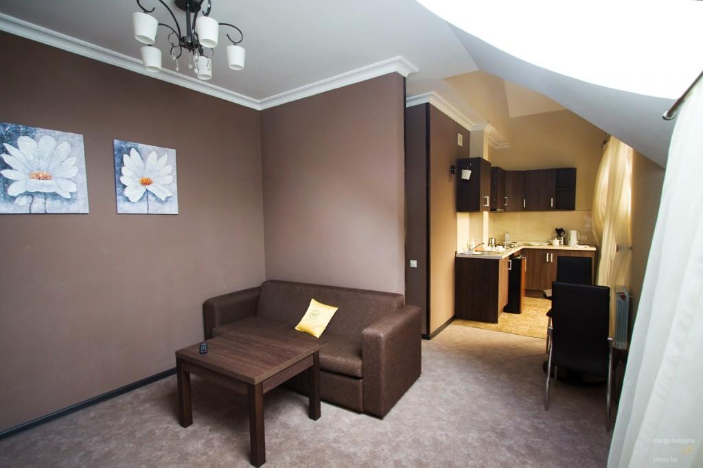 """Гостиная и кухня с балконом в апарт-отеле """"Горная резиденция"""""""