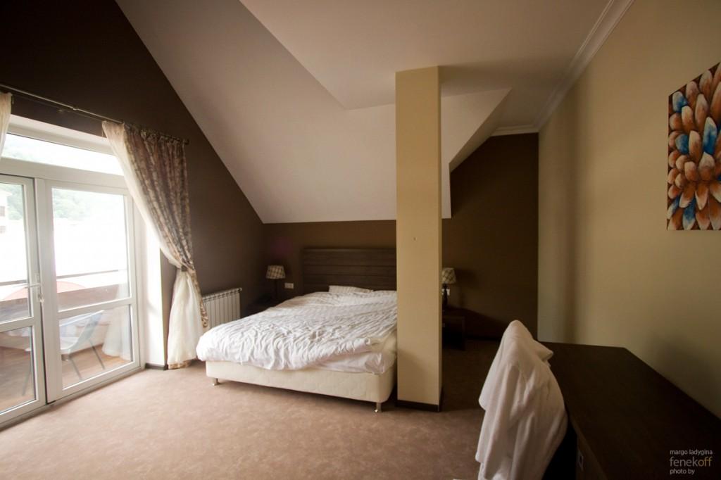 Спальня с широченной кроватью