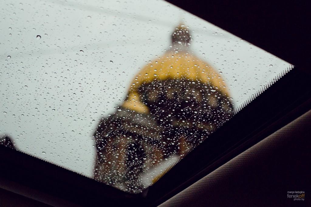 Вид на Исакиевский собор через люк автомобиля