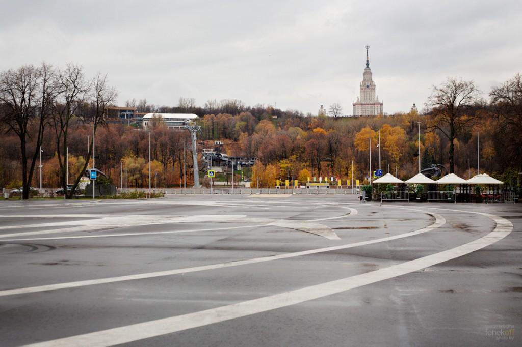 Вид от Лужников на МГУ и канатную дорогу, которая их соединяет