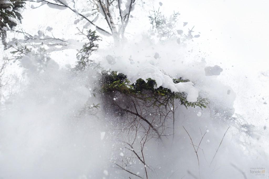 Снег с деревьев летит